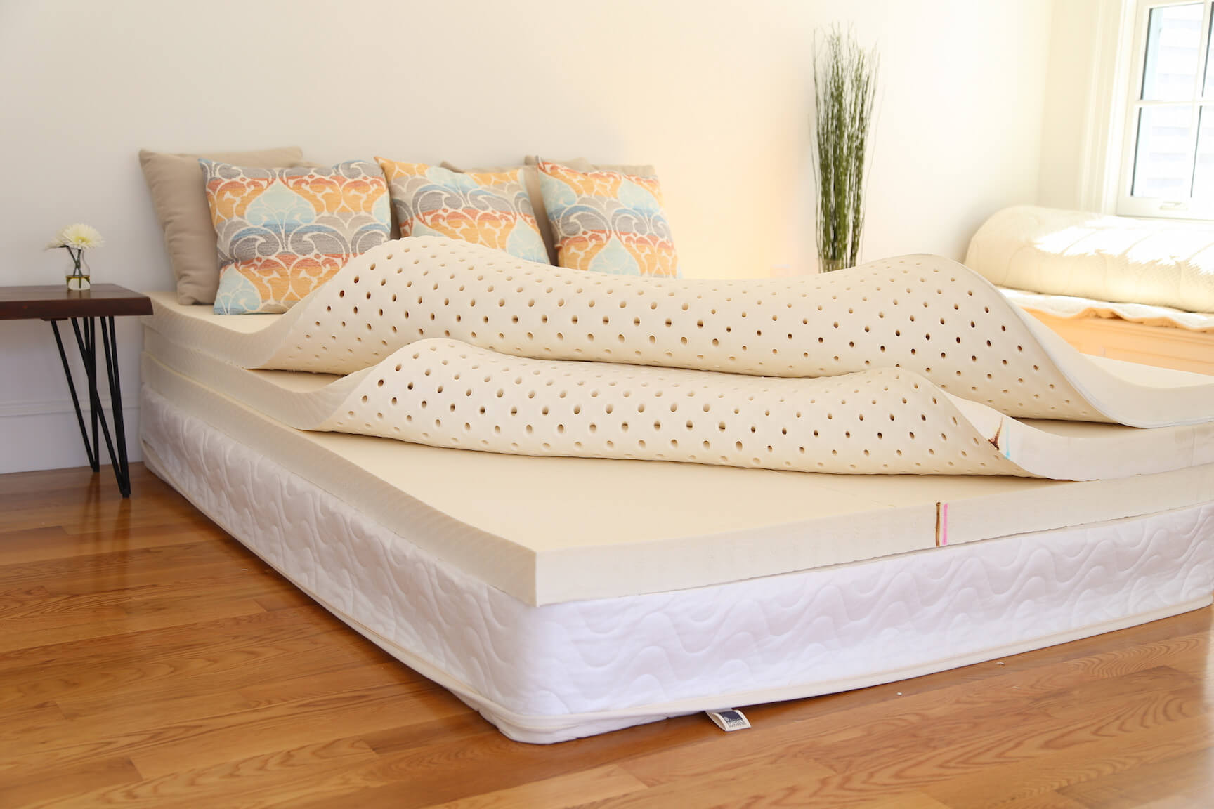 Spindle Mattress Review - All natural latex foam mattress - girl on the mattress
